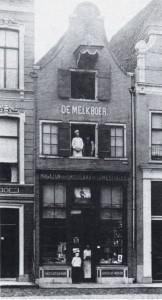 1 Gevel van het pand Brink 103 te Deventer, vóór 1895, met als huisnaam 'De Melkboer' (coll. G.A.D., foto auteur).