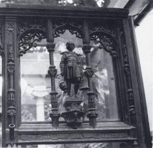 9 Detail onderpui Brink 103 Deventer, naar ontwerp van Wolter te Riele, zoals bewaard in de tuin achter het huidige pand. In het bovenlicht staat een melkboer afgebeeld, verwijzend naar de oorspronkelijke huisnaam (foto auteur, september 1983).